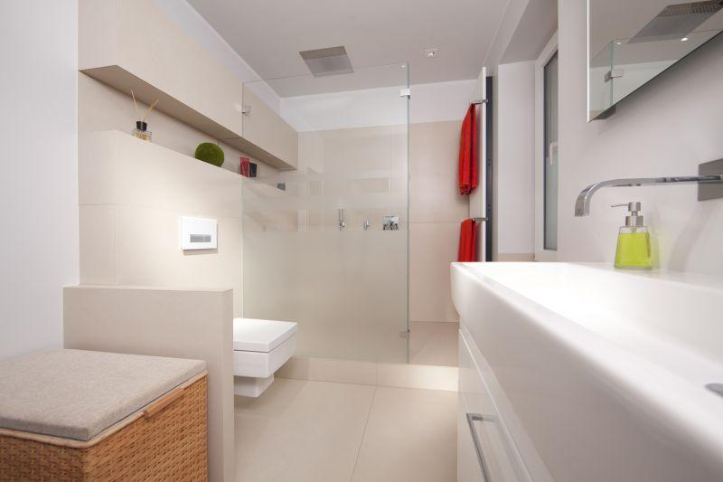Kleines Bad optisch vergrößern – mit den richtigen Fliesen ...